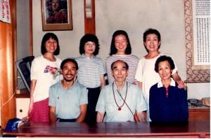 佐保田鶴治先生(中央)を囲んで。後列左端が渡辺昧比